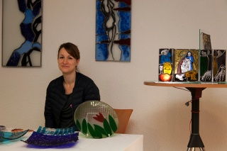 Frau Pfeffermann mit Glaskunst (Foto R. Schultheiß)