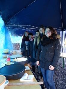 Gardemädels bei Crepes-Verkauf (Foto H. Bohl)