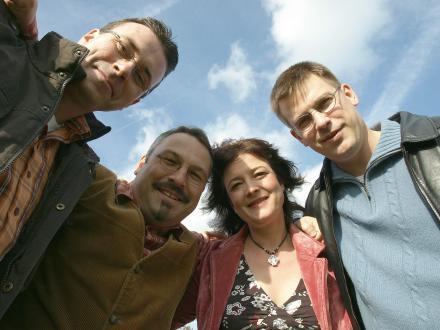 Die Fuldaer Band Sheep Dip ist mit ihrem handgemachten Irish Folk seit nunmehr zehn Jahren deutschlandweit unterwegs. Ausgestattet mit urtümlichem Witz und Charme stehen die vier Musiker für Spielfreude und unmittelbare Nähe zum Publikum. Das umfangreiche Repertoire bietet Songs von schnell bis verträumt und natürlich auch die groovige irische Tanzmusik aus Reels, Jigs und Polkas. Mit Fiddle, Gitarre, Mandoline und Bass begeben sich die Zuhörer mit Sheep Dip auf eine nicht immer ganz ernst gemeinte Reise auf die grüne Insel. www.sheep-dip.de