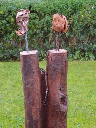 Hubert Gerhardt - In jedem Material steckt ein Kunstwerk, das der enthüllen kann, der es in dem Rohmaterial entdecken kann. Ein Holzschnitzer wird in der Form und den Linien eines Stück Holzes die fertige Skulptur sehen können. Ebenso können Metallobjekte ihre ganz eigene Schönheit entwickeln, wenn man sie in einen anderen Kontext setzt, sie aus ihrem ursprünglichen Wirkungskreis herausnimmt und mit anderen Materialien oder Metallen zu etwas ganz Neuem verbindet. Das können ausrangierte Teile von landwirtschaftlichen Geräten sein, nicht mehr benötigte Reste aus der inustriellen Produktion, Teile vom Schrottplatz oder Eichenbalken von Abbruchhäusern und Scheunen sein. Befreit man sie von Rost und Schmutz und unterzieht die Oberfläche einer speziellen Behandlung, offenbaren sie ihre Geschichte, ihr wahres Gesicht und gewinnen plötzlich ihre Einzigartigkeit. Es ist mein Ziel, diese Einzigartigkeit aus meinen Objekten herauszuholen und jedem Betrachter zugänglich zu machen. Es gibt dabei keine Grenzen, sondern einfach das Material in seiner immensen Vielfalt, das mir immer Inspiration ist.